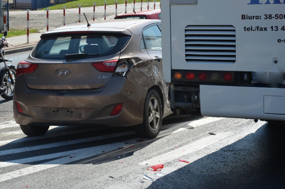 SANOK: Samochód osobowy najechał na tył autobusu [ZDJĘCIA+WIDEO] - Zdjęcie główne