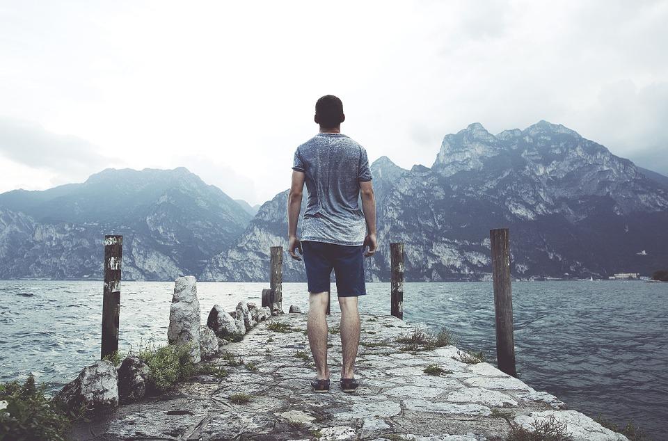 Koszulki w serek dla mężczyzn - jak łączyć swobodny styl z elegancją? - Zdjęcie główne