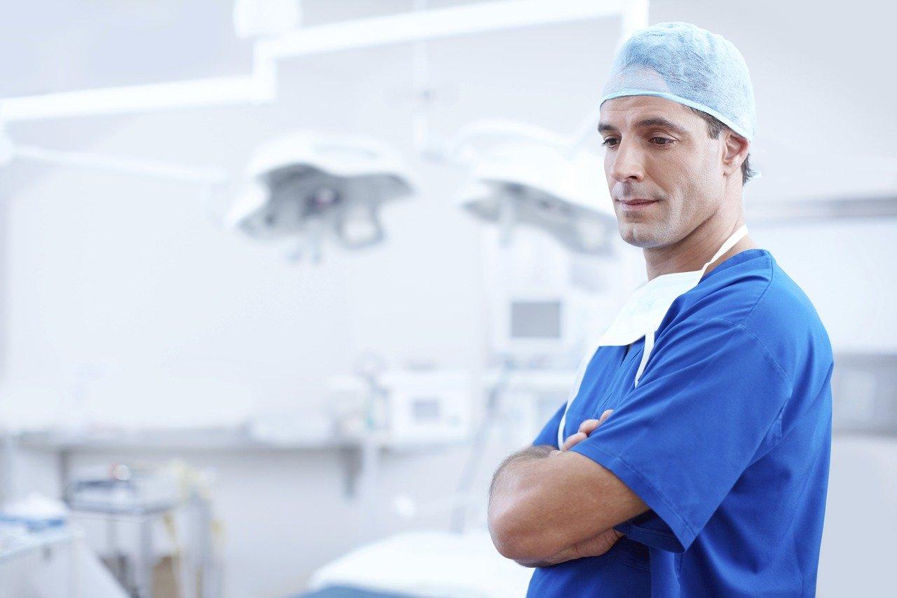 Samorząd lekarski apeluje do GIS i MZ o regularne infromacje o przypadkach koronawirusa u medyków - Zdjęcie główne