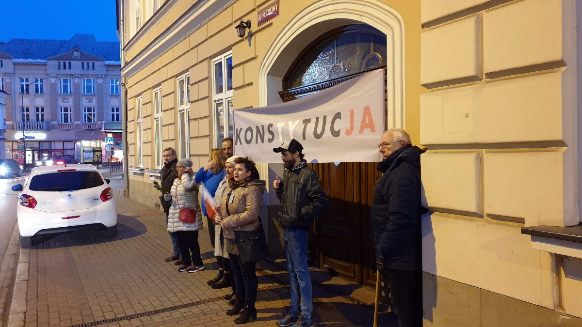 Cała Polska solidarnie z sędziami - Sanoczanie zamanifestowali swoje poparcie [FOTO] - Zdjęcie główne