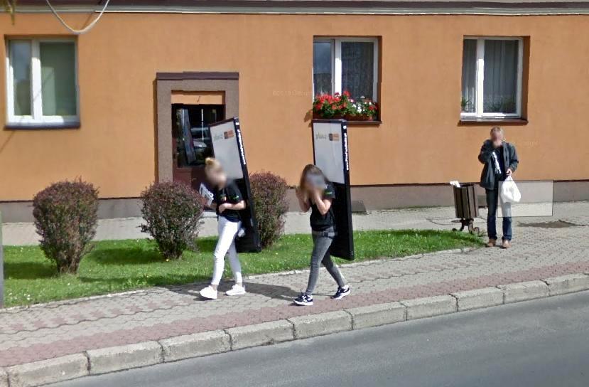 """Mieszkańcy Leska """"przyłapani"""" przez aparat Google Street View [ZDJĘCIA] - Zdjęcie główne"""
