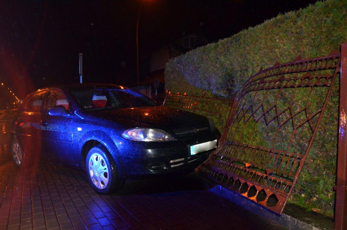 SANOK: Kompletnie pijany 69-latek wypadł z drogi i staranował ogrodzenie [FOTO+VIDEO] - Zdjęcie główne