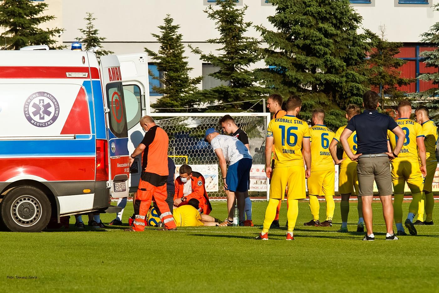 Chwile grozy na meczu Stali Sanok. Zawodnik stracił przytomność i został przewieziony do szpitala [ZDJĘCIA] - Zdjęcie główne
