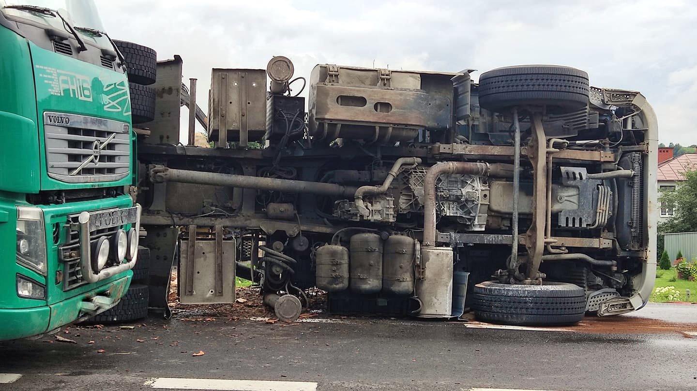 NOWOSIELCE: Tir z drzewem przewrócił się na drodze krajowej [ZDJĘCIA+WIDEO] - Zdjęcie główne