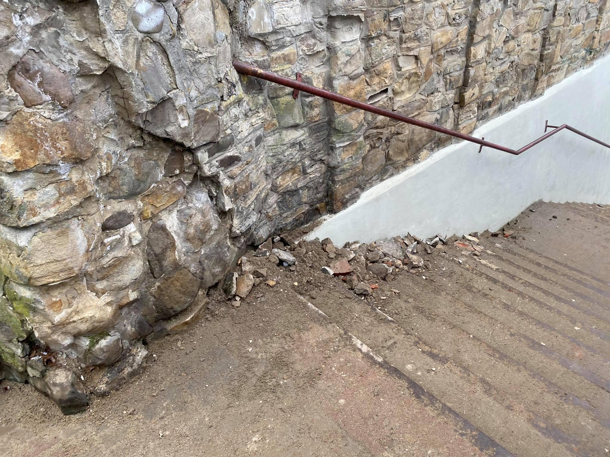 Z OSTATNIEJ CHWILI: Osuwisko na schodach franciszkańskich [ZDJĘCIA] - Zdjęcie główne