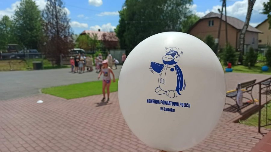 Policyjna maskotka Pingwin z wizytą u dzieci - Zdjęcie główne