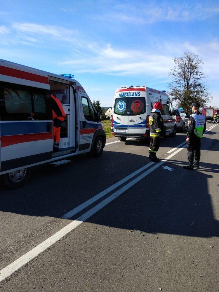 Dostawczy samochód zderzył się z TIR-em. Dwie osoby ranne [ZDJĘCIA] - Zdjęcie główne