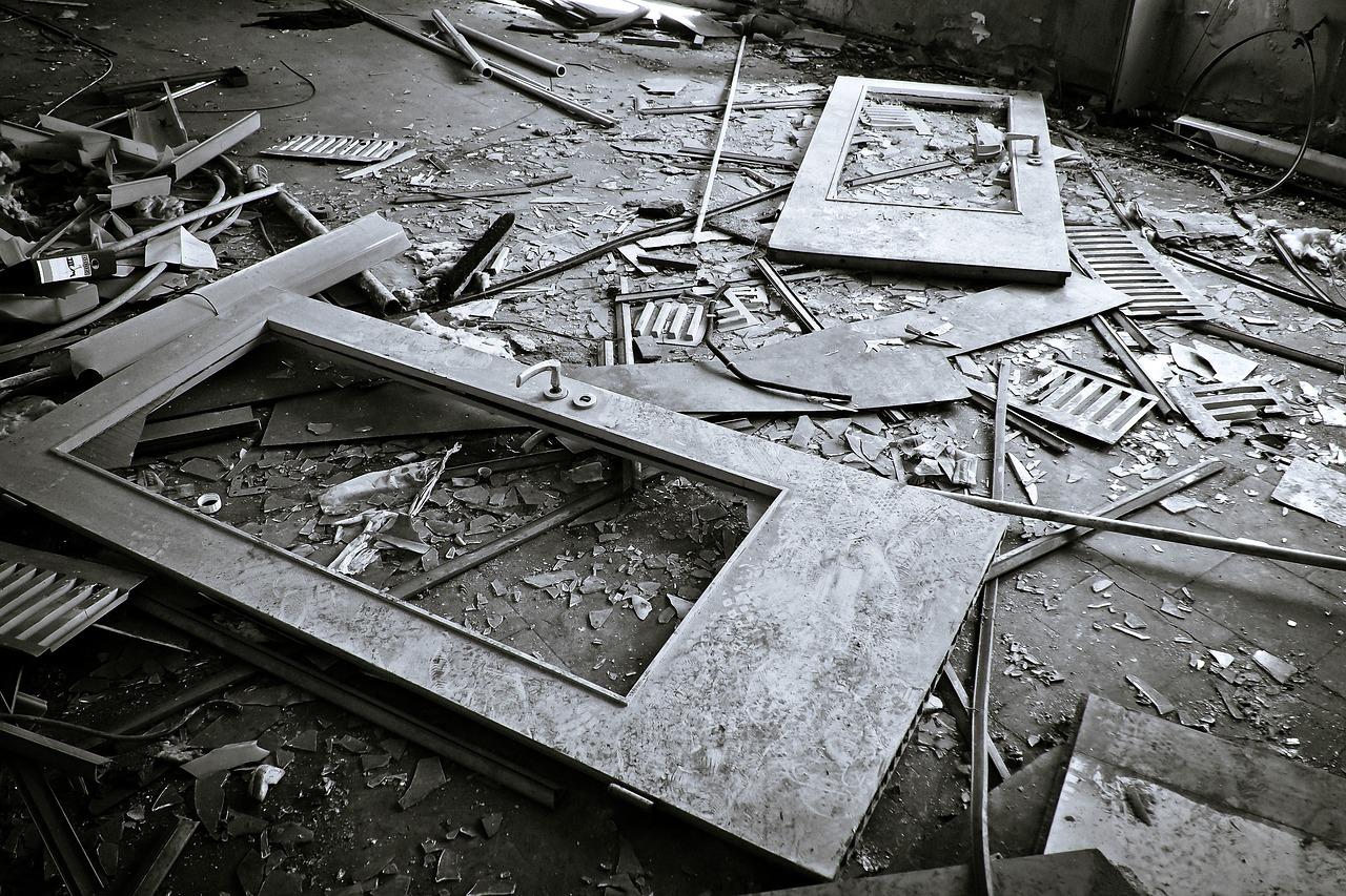 Podkarpacie. Wandale zniszczyli altankę. Nie oszczędzili nawet zabetonowanego stołu - Zdjęcie główne