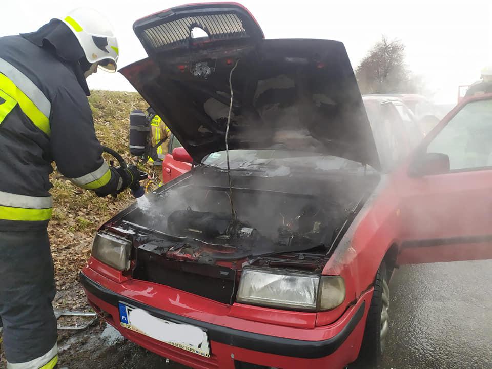 Podkarpacie: Wybuchł pożar samochodu. Na miejscu dwa zastępy straży - Zdjęcie główne