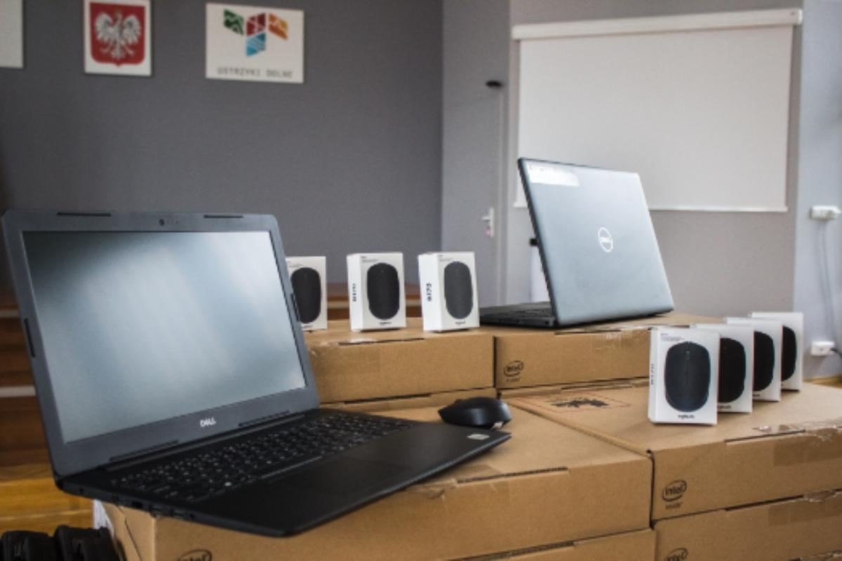 USTRZYKI DOLNE. Laptopy do nauki zdalnej dla uczniów - Zdjęcie główne