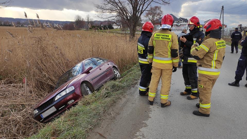 Podkarpacie. Osobówka wpadła do rowu gdy kierowca stracił panowanie [FOTO] - Zdjęcie główne