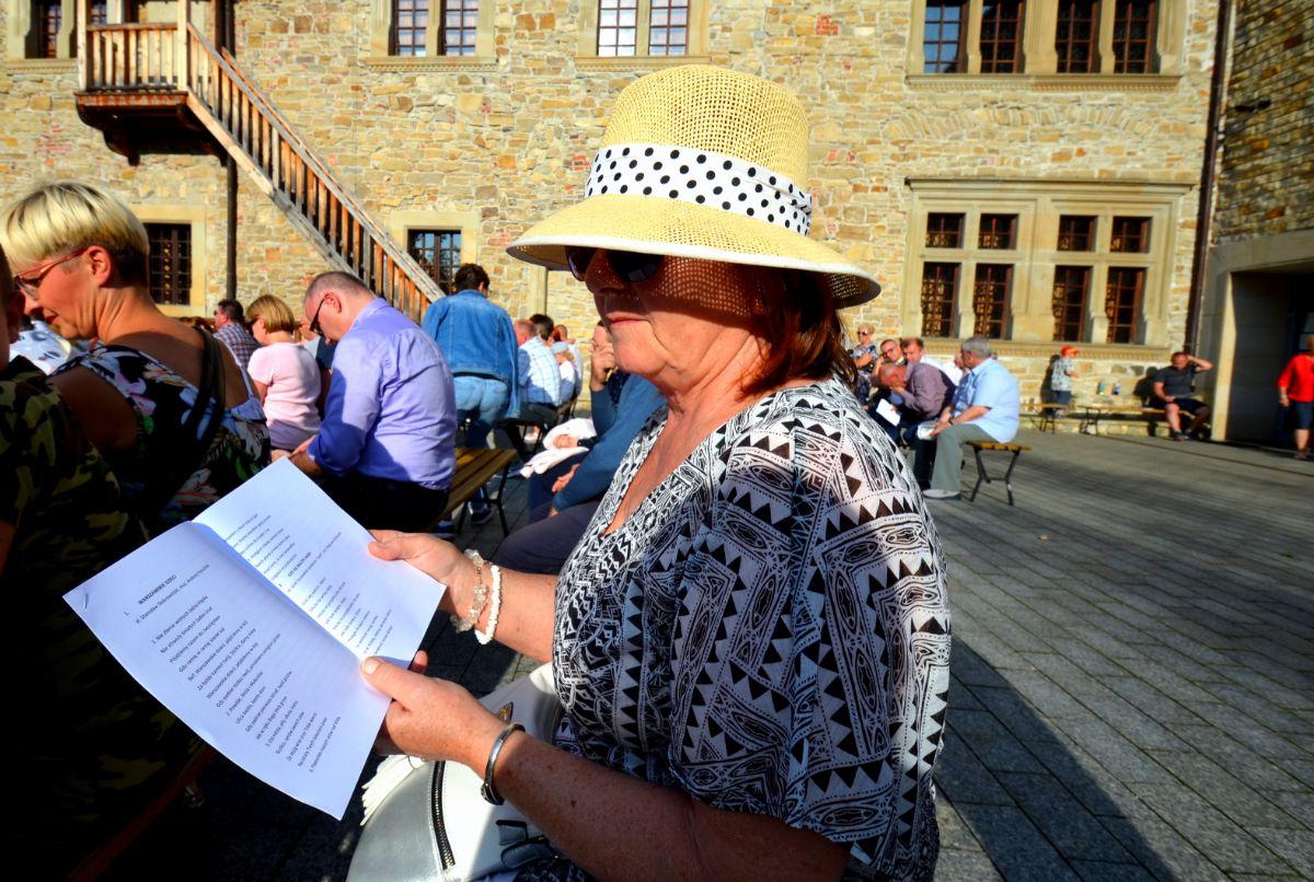 SANOK: Patriotyczne śpiewanie na dziedzińcu zamku [VIDEO+ZDJĘCIA] - Zdjęcie główne