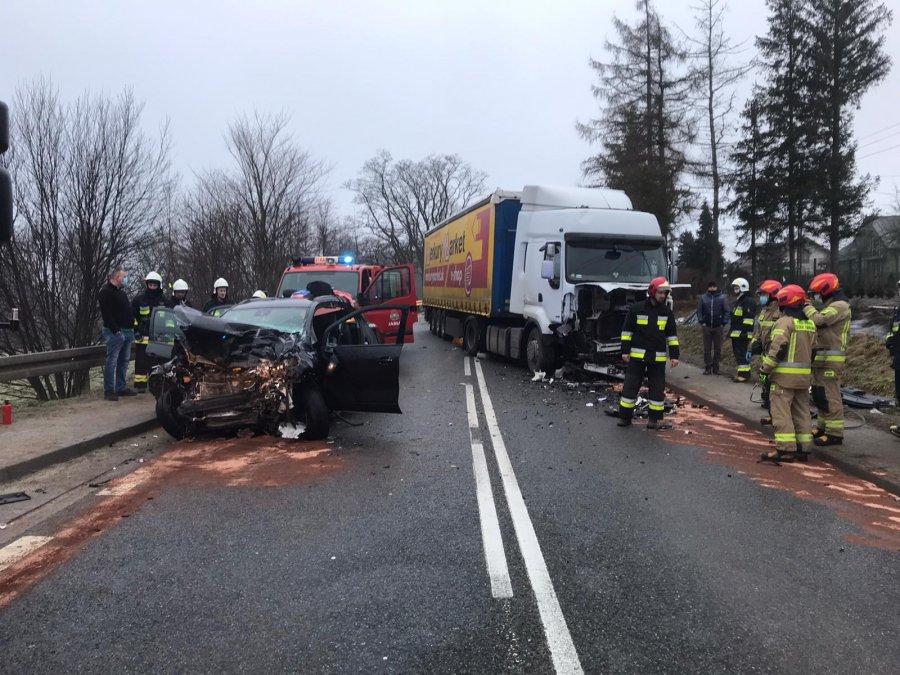 Zderzenie osobówki z ciężarówką. Zablokowana droga wojewódzka [ZDJĘCIE] - Zdjęcie główne