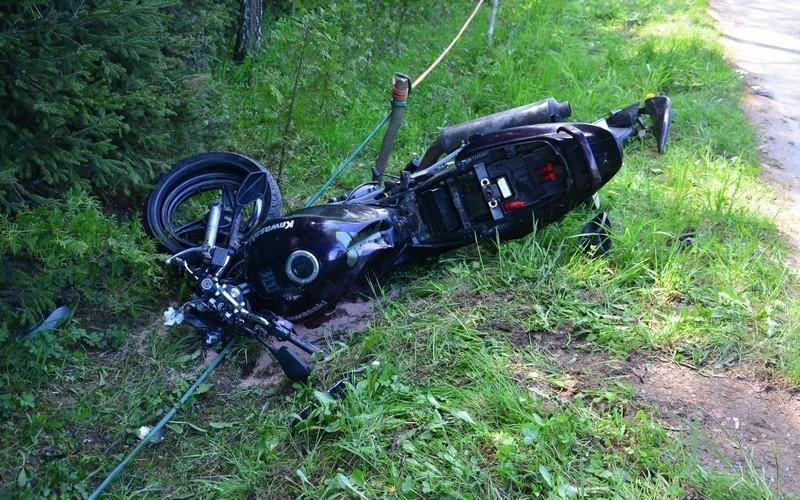 Z REGIONU. Zderzenie osobówki z motocyklem. Motocyklista z poważnymi obrażeniami [FOTO] - Zdjęcie główne