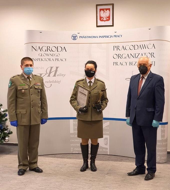 Porucznik SG Iwona Kostecka - Zając z nagrodą Głównego Inspektora Pracy  - Zdjęcie główne