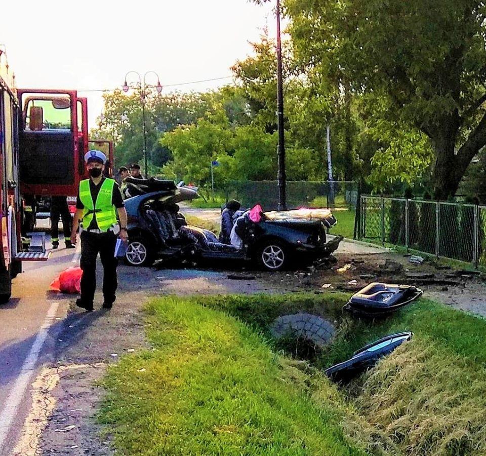 Podkarpacie. Auto rozbite doszczętnie po wypadku. Pasażerowie uwięzieni [FOTO] - Zdjęcie główne