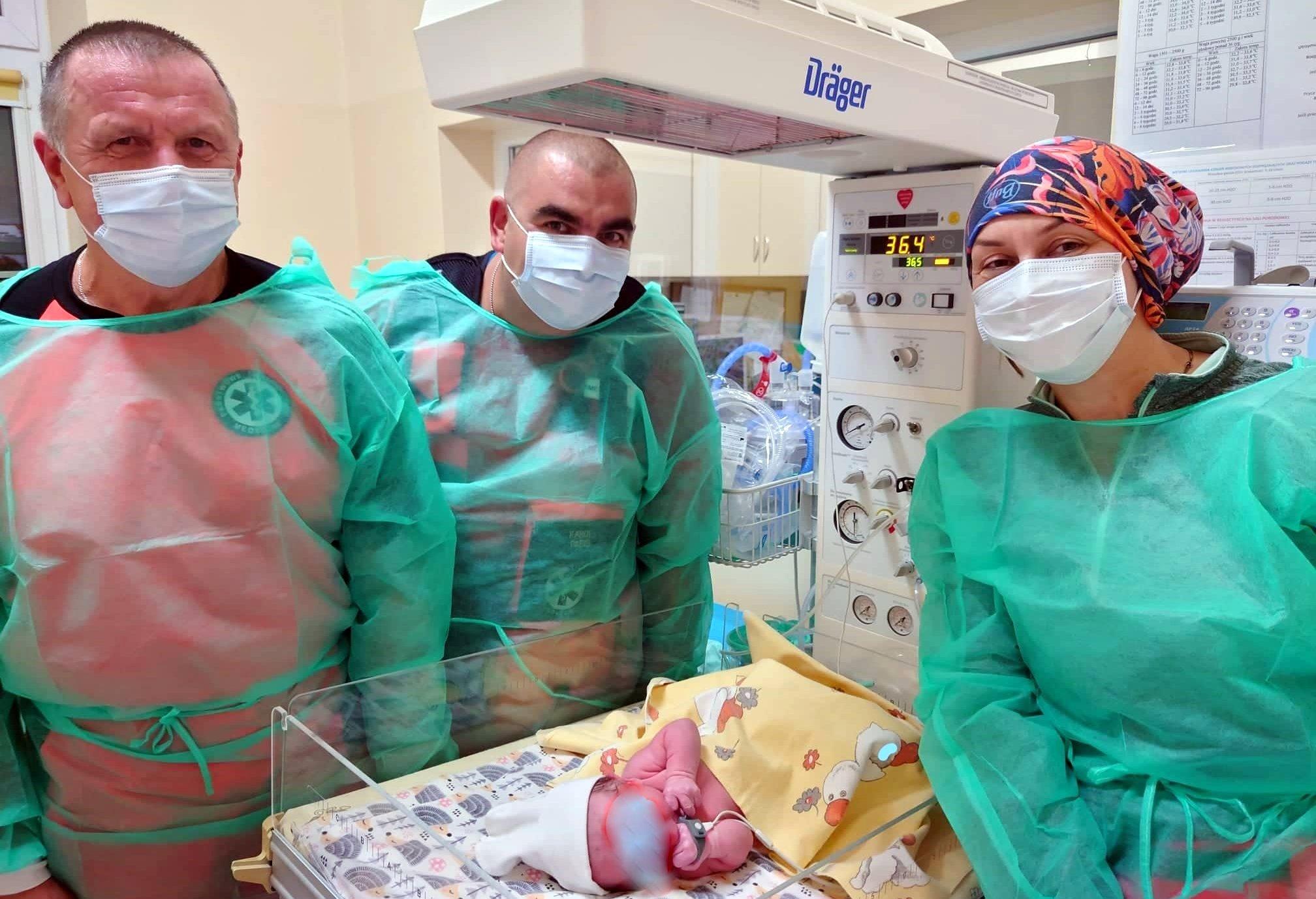 Załoga karetki przyjęła poród w drodze do szpitala  - Zdjęcie główne
