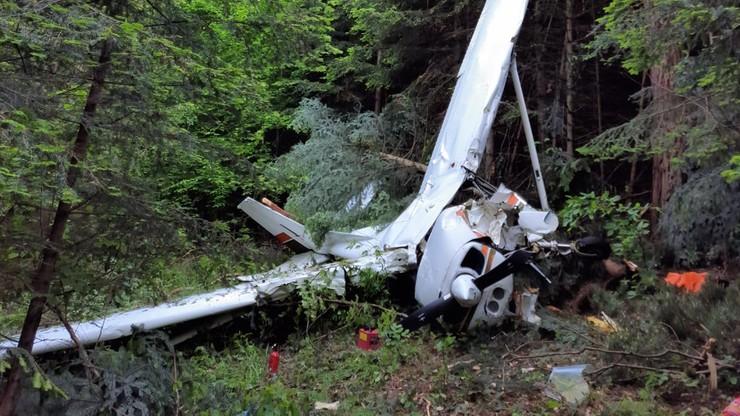 POWIAT LESKI: Awionetka runęła na ziemię podczas lądowania. Trzy osoby ranne [ZDJĘCIA] - Zdjęcie główne