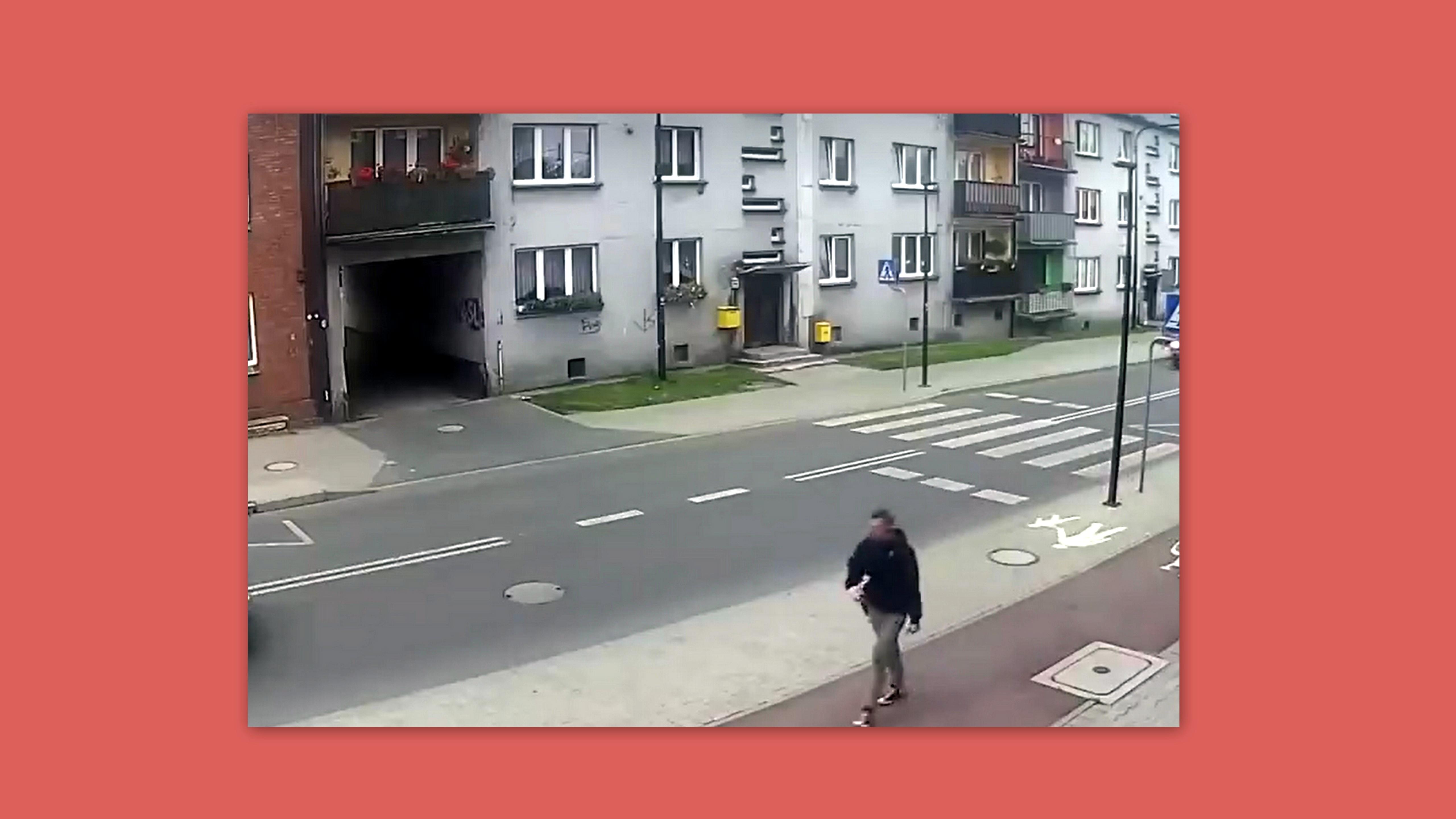 KU PRZESTRODZE! Samochód wjechał na chodnik. Pieszy ledwo uszedł z życiem!  [WIDEO] - Zdjęcie główne
