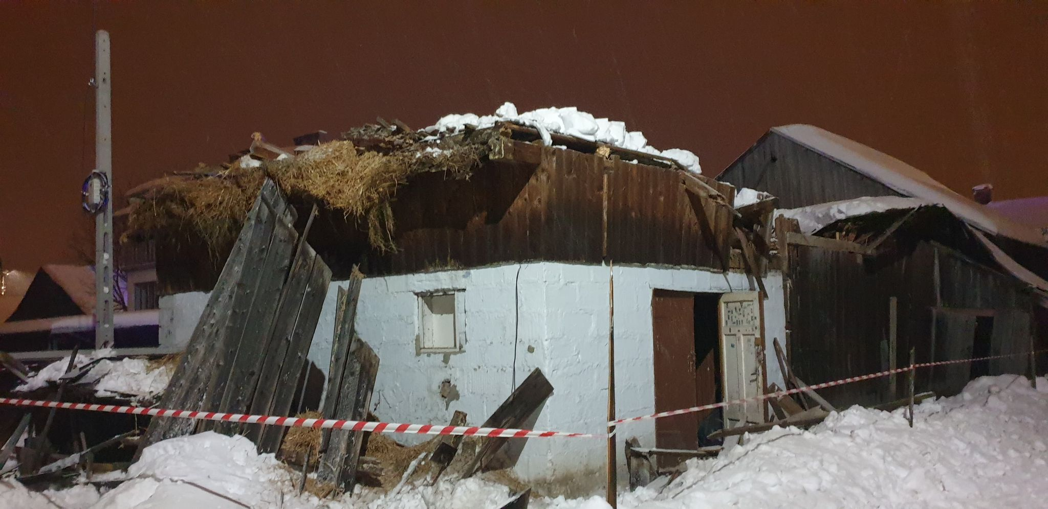POSADA ZARSZYŃSKA: Pod naporem śniegu zawaliła się stodoła [ZDJĘCIA+FILM] - Zdjęcie główne