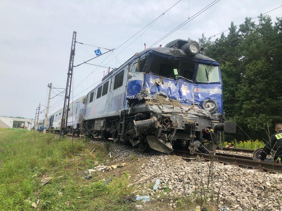 Podkarpacie. TIR zderzył się z pociągiem. Tragedia na torach [FOTO] - Zdjęcie główne