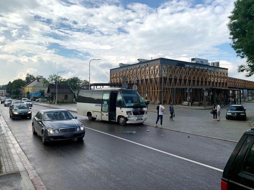 Sanok. Zmieniając pas ruchu uderzył w autobus [FOTO] - Zdjęcie główne