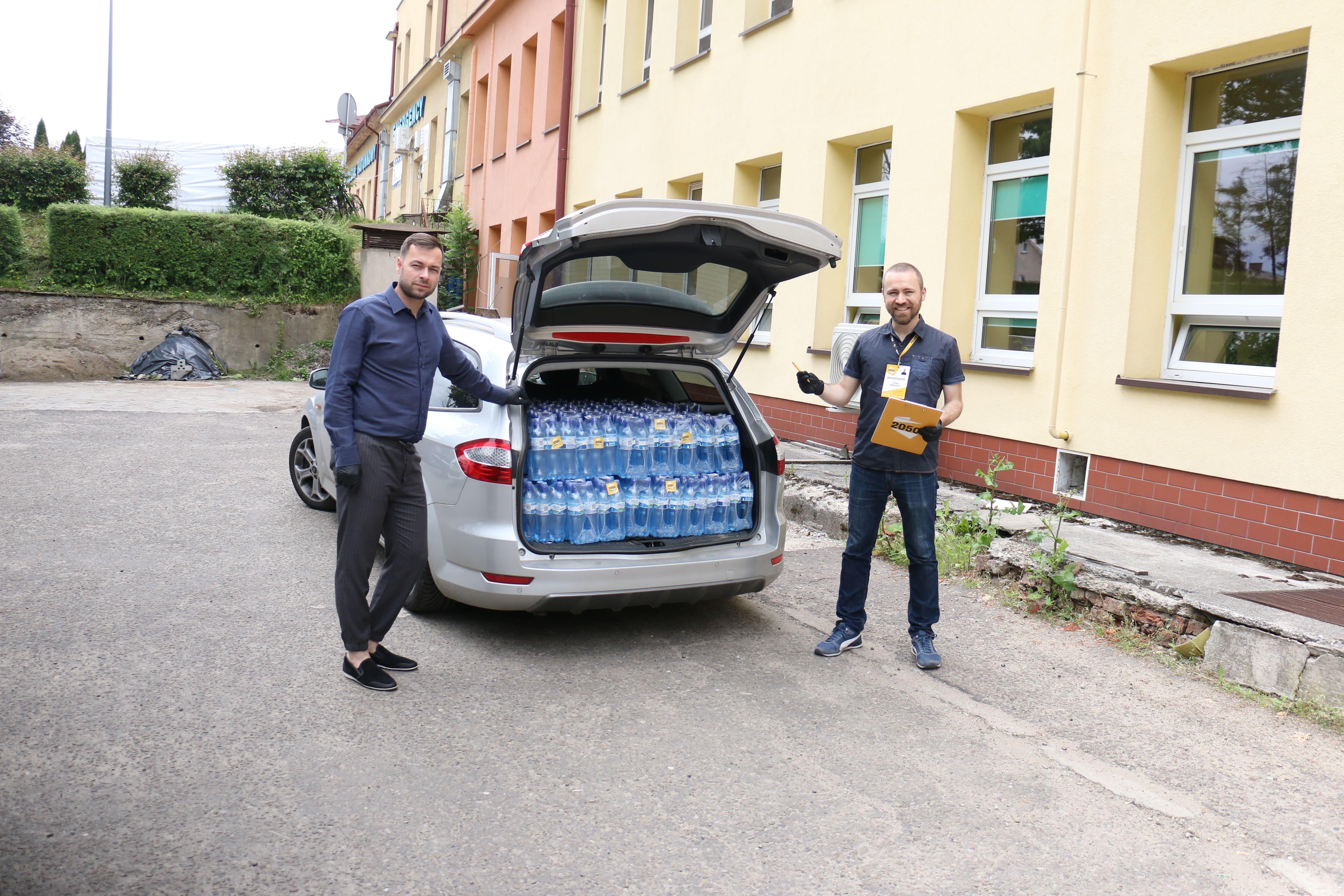 Przekazali 900 butelek wody dla szpitali w Lesku i Sanoku  - Zdjęcie główne