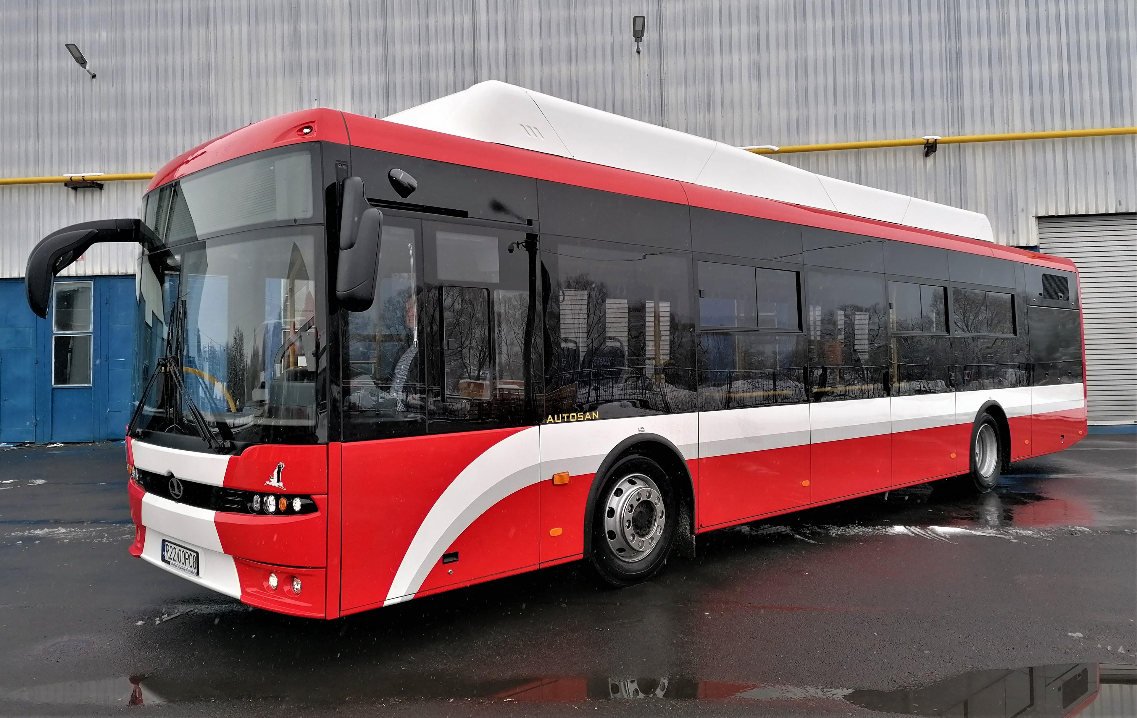 Biało czerwone elektryczne autobusy wyjeżdżają na sanockie ulice [ZDJĘCIA+WIDEO] - Zdjęcie główne