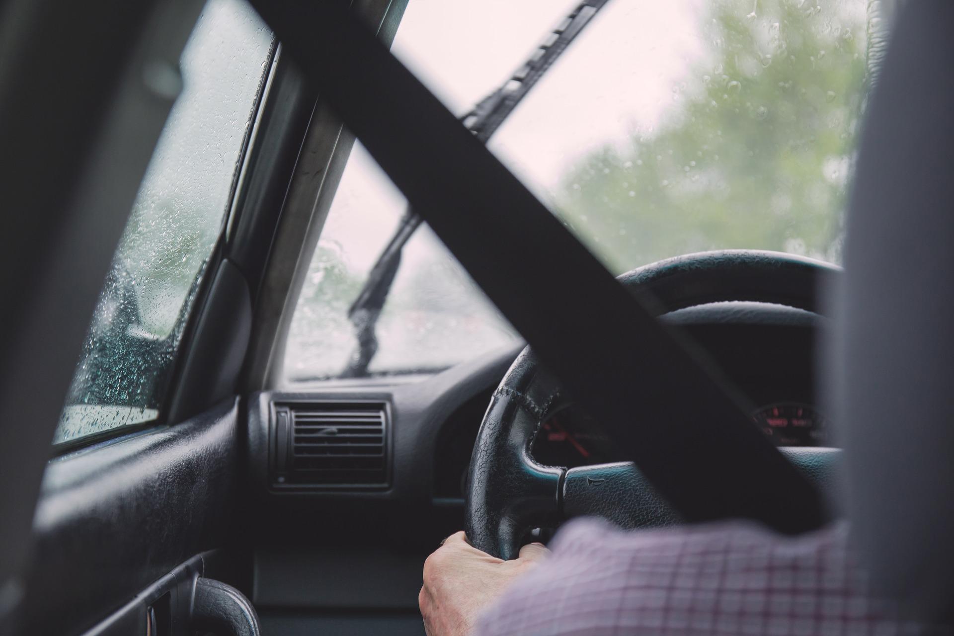 Pijany kierowca w rękach funkcjonariuszy Straży Ochrony Kolei  - Zdjęcie główne