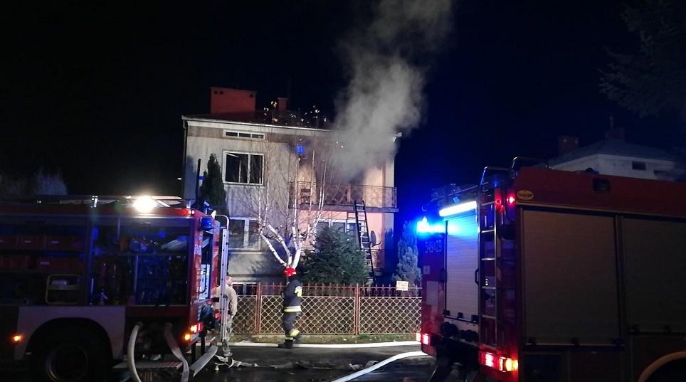 Rodzina poszkodowana w pożarze. Dwie osoby w szpitalu [ZDJĘCIA] - Zdjęcie główne