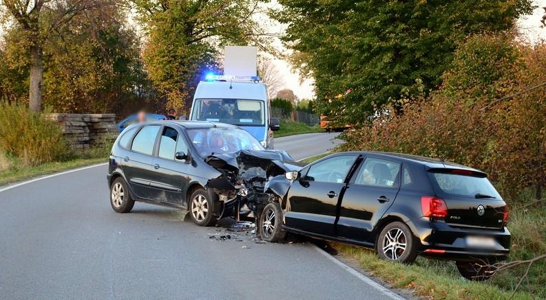Trzy osoby poszkodowane w czołowym zderzeniu samochodów w Zręcinie [ZDJĘCIA] - Zdjęcie główne