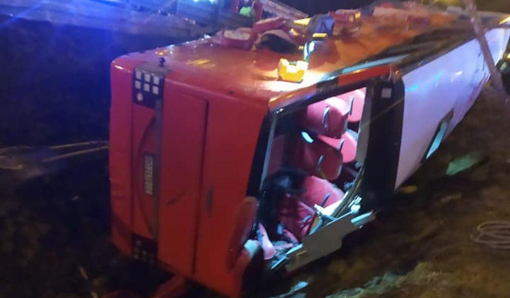 Śmierć na A4! Ukraiński autokar przebił się przez barierę i przewrócił na bok! - Zdjęcie główne