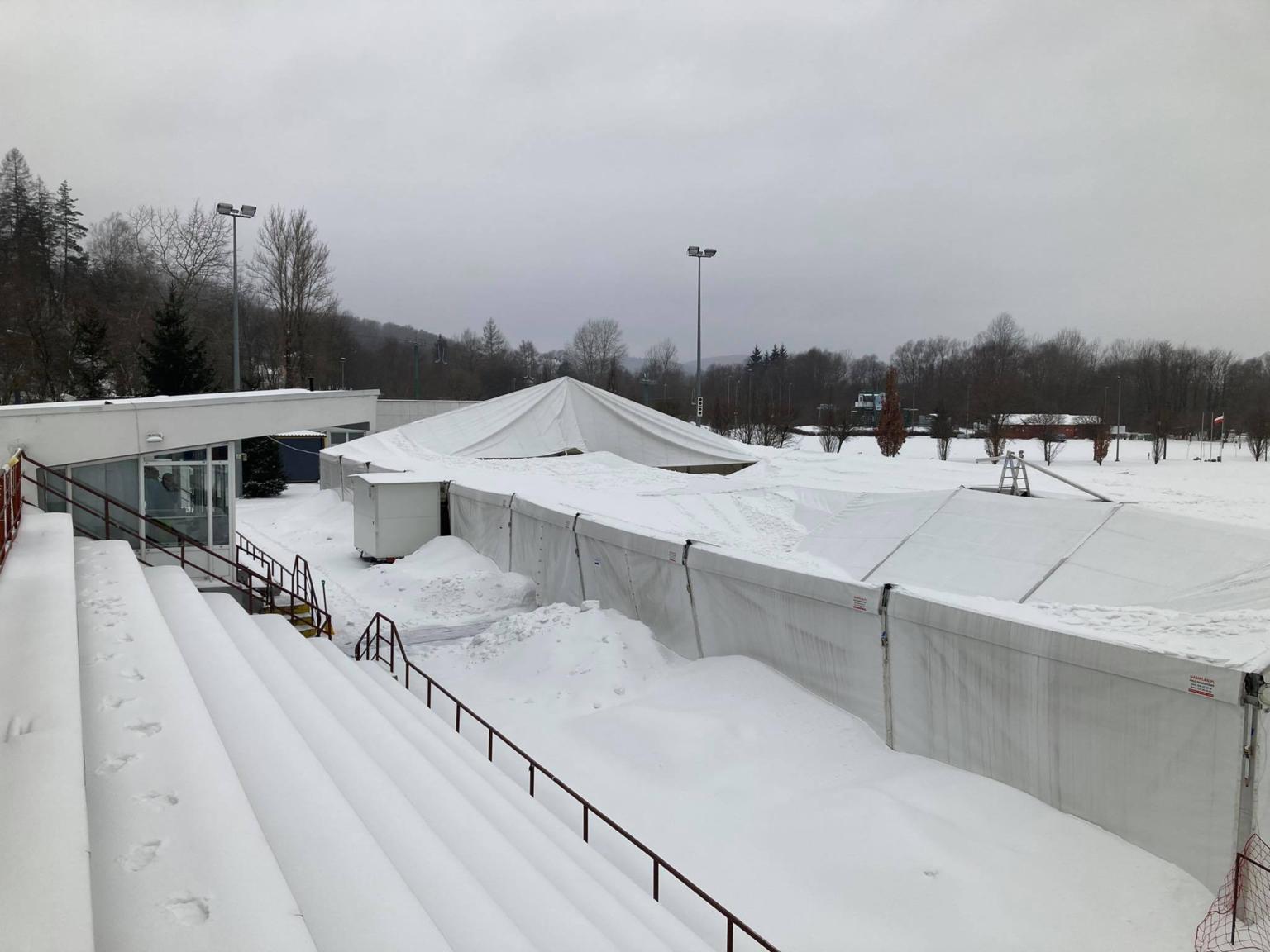 """Zima atakuje: dach lodowiska """"złożył się"""" pod ciężarem śniegu! - Zdjęcie główne"""