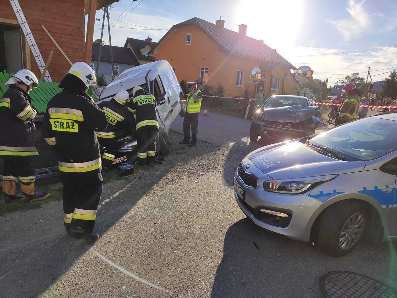 Z OSTATNIEJ CHWILI. Kolizja w Zarszynie. Jedno z aut wjechało w ogrodzenie domu [FOTO] - Zdjęcie główne