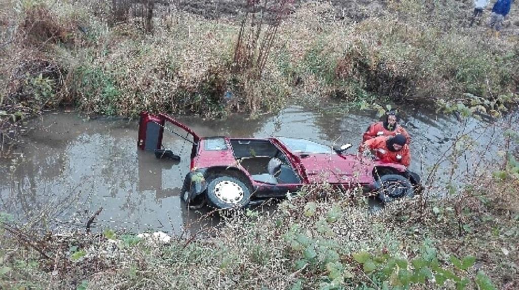 Wypadek pod Brzozowem. Pijany kierowca osobówką wjechał do rzeki - Zdjęcie główne