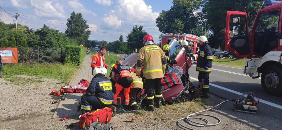 51-letni kierowca uderzył w betonowy przepust. Poniósł śmierć na miejscu  - Zdjęcie główne