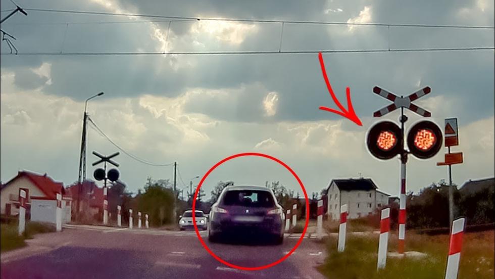 Z PODKARPACIA. Kobieta utknęła na przejeździe kolejowym. Zignorowała czerwone światło - Zdjęcie główne