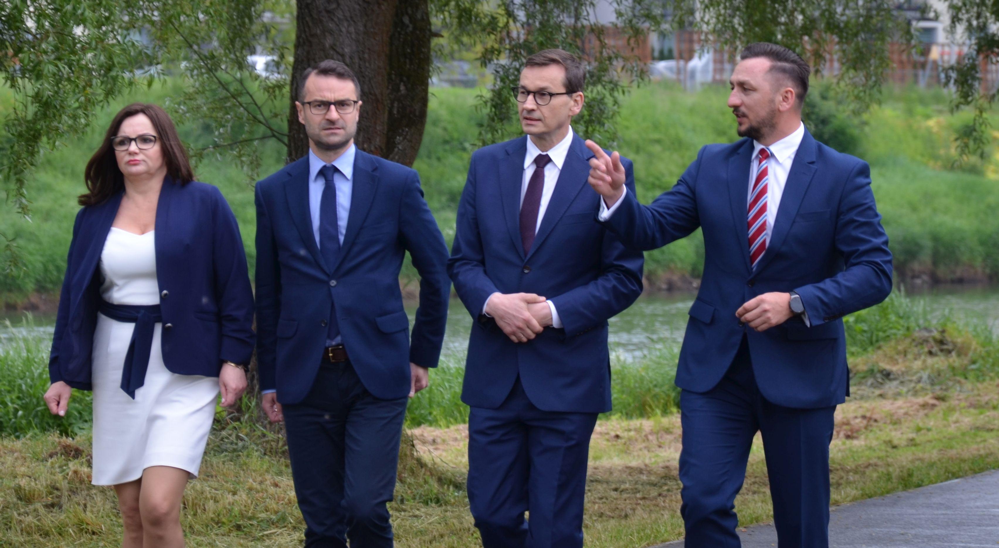 """Mateusz Morawiecki """"z milionami złotych"""" w Sanoku. Konferencja z pikietującymi w tle [ZDJĘCIA, WIDEO] - Zdjęcie główne"""