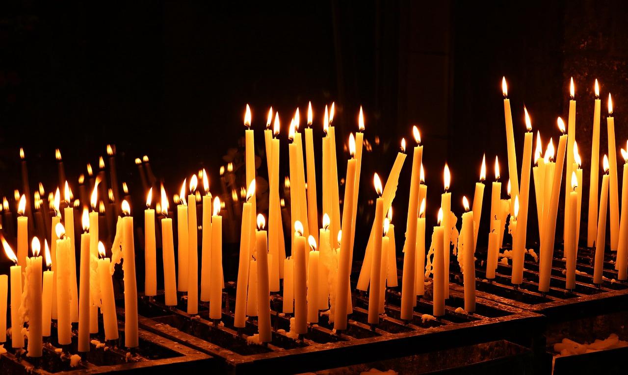 Trzema minutami ciszy uczczono pamięć tysięcy zmarłych na Covid-19 - Zdjęcie główne