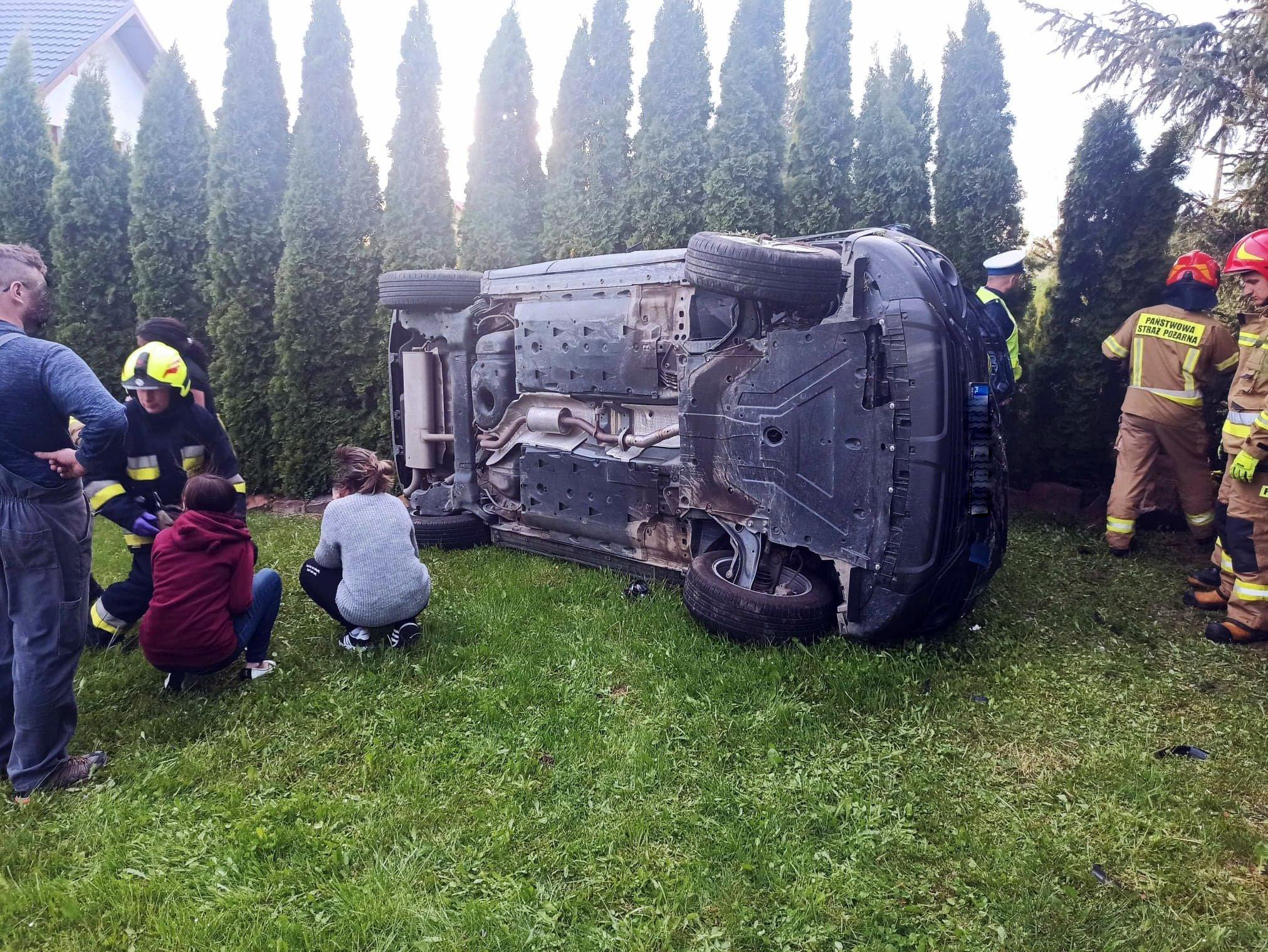 NIEBIESZCZANY: Kierująca wypadła z drogi i wylądowała w ogrodzie [ZDJĘCIA] - Zdjęcie główne