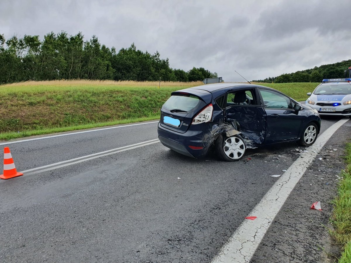 Straciła panowanie nad pojazdem i uderzyła w prawidłowo kierującego fiatem [ZDJĘCIA] - Zdjęcie główne