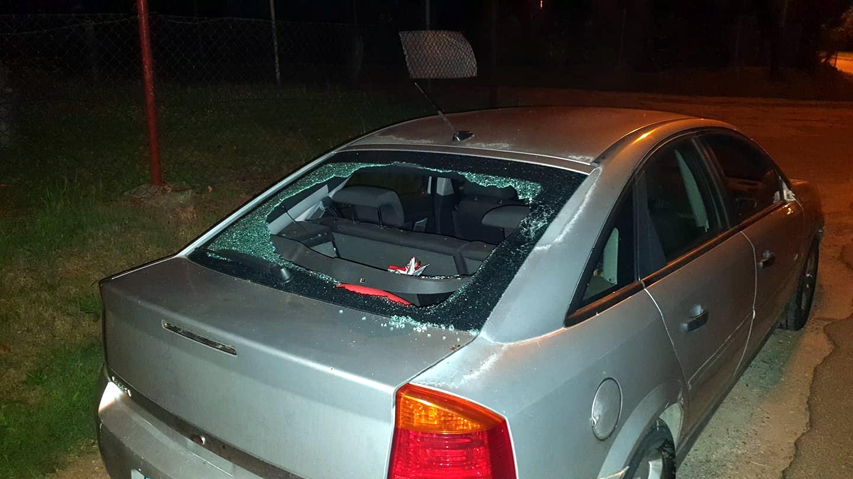 SANOK: Wybita szyba i urwane lusterka. Ktoś w nocy zniszczył samochody na ul. Głogowej [ZDJĘCA] - Zdjęcie główne