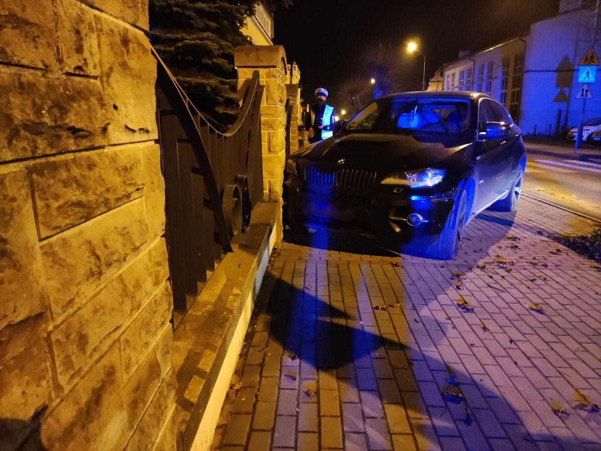 Z OSTATNIEJ CHWILI: Zepchnął BMW w ogrodzenie Placu Harcerskiego [FOTO] - Zdjęcie główne