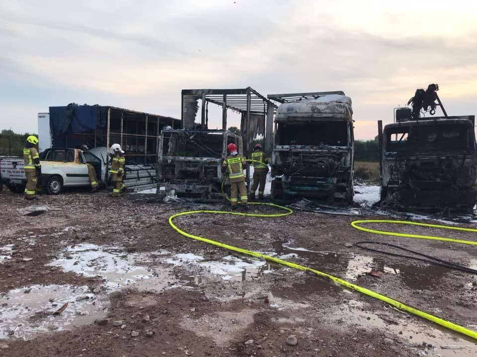 POTĘŻNY POŻAR! Spłonęło kilka samochodów! [ZDJĘCIA] - Zdjęcie główne