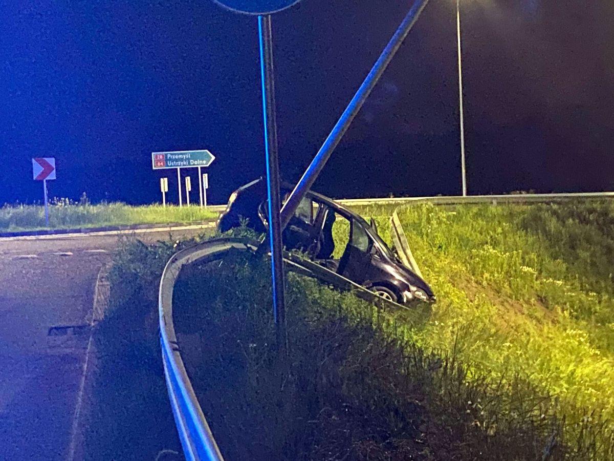 SANOK: Wypadła z drogi, uszkodziła latarnię i zatrzymała się na barierce [FOTO] - Zdjęcie główne