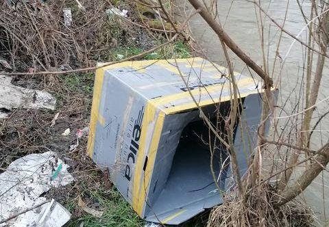 Wysypisko śmieci na brzegu rzeki [FOTO] - Zdjęcie główne