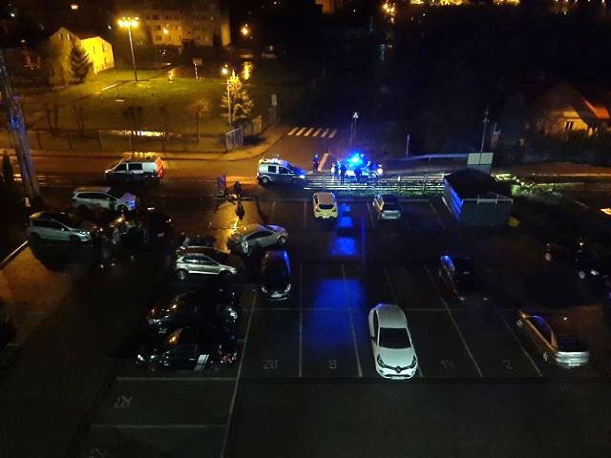 SANOK: Pijany staranował ogrodzenie i uszkodził samochody na parkingu [FOTO] - Zdjęcie główne