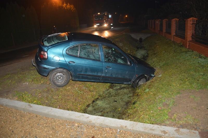 TARGOWISKA: Pijany 20-latek wjechał Renaultem do rowu [ZDJĘCIA] - Zdjęcie główne