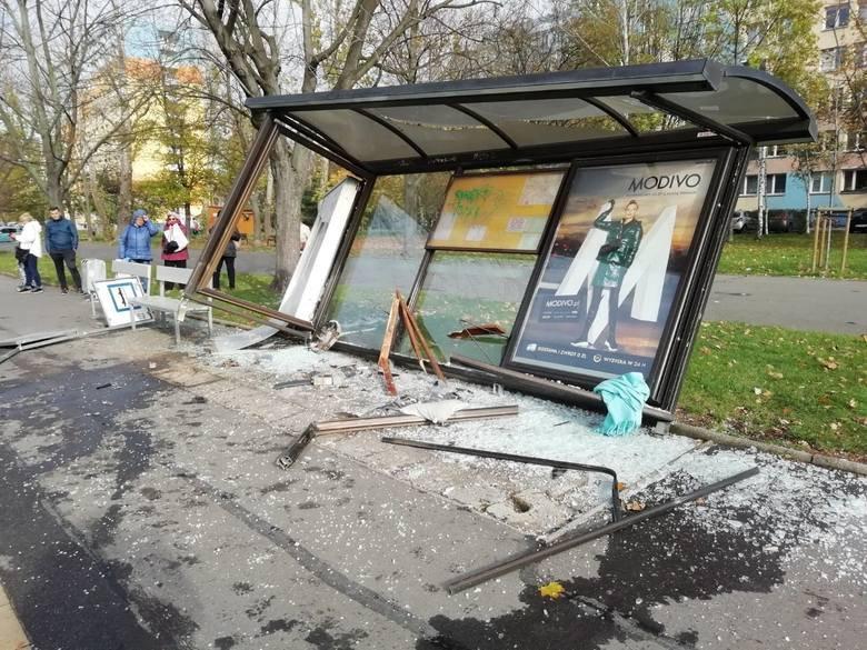 Pijany zjechał z drogi i uderzył w przystanek autobusowy! - Zdjęcie główne