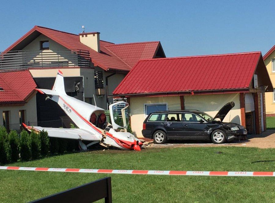 Krosno. Samolot uderzył w garaż po awaryjnym lądowaniu [FOTO] - Zdjęcie główne